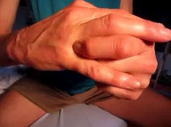 болят суставы рук и ног слева